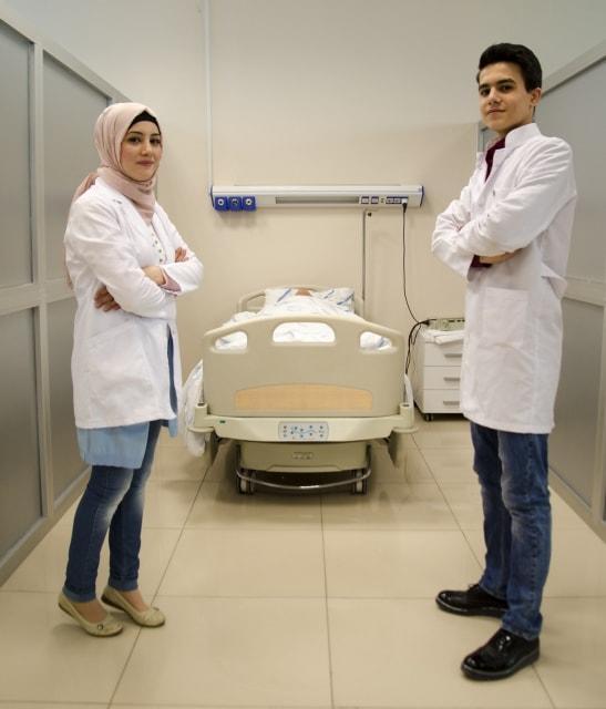 """Suriyeli Tıp Öğrencisi Kardeşler Ülkelerindeki Acılara """"Merhem"""" Olmak İstiyor"""